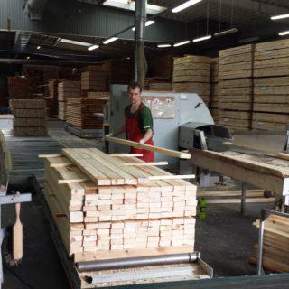 Работа в Польшедля мужчин и женщин надервообрабатывающий завод